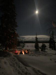 Kuun ja nuotion loisteessa luonnon taika on läsnä.